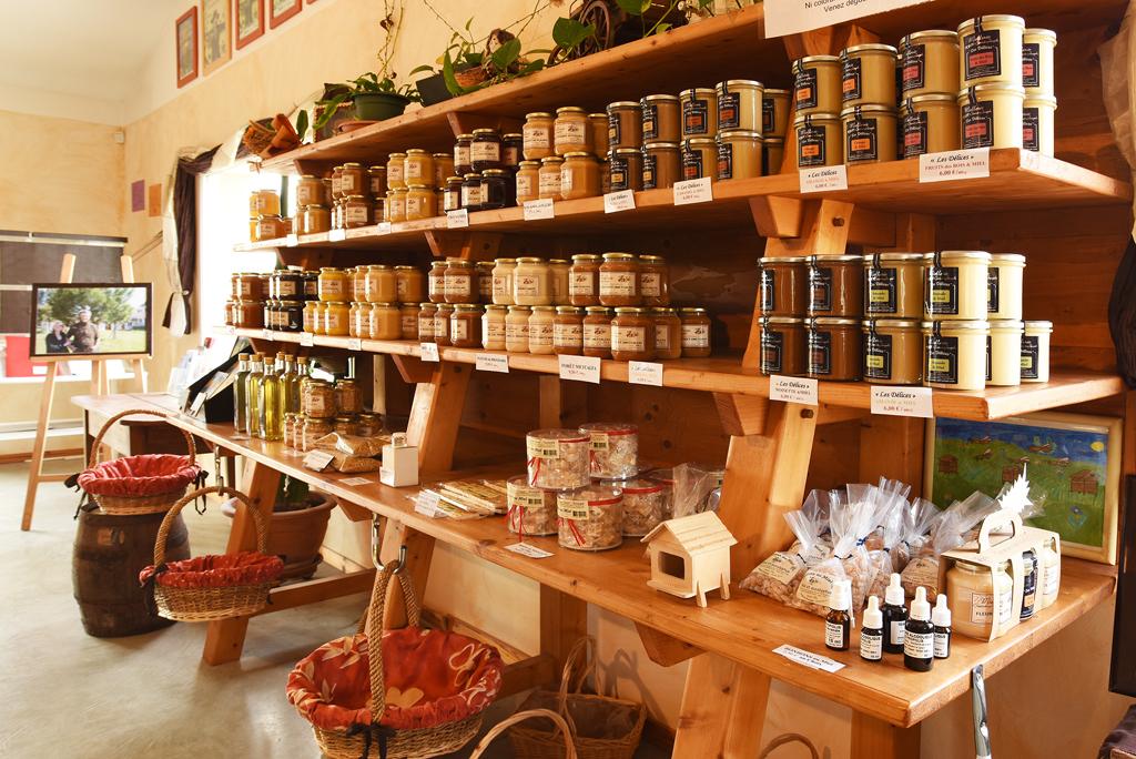 Le présentoir à miel de la boutique de la miellerie
