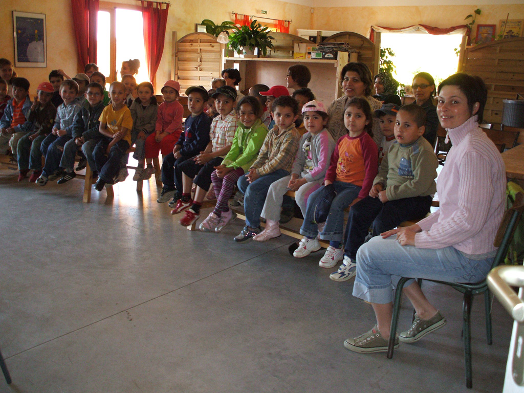 Accueil d'un groupe d'enfants à la miellerie.